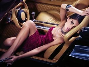 kaip uzkalbinti moteri sedincia automobilyje